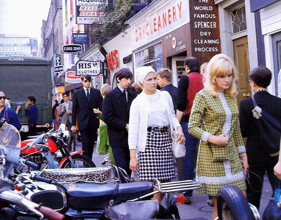 Londres después de la segunda guerra mundial, sobre todo los jóvenes, empezaron a cambiar su actitud por un espíritu más desafiante y menos convencional...