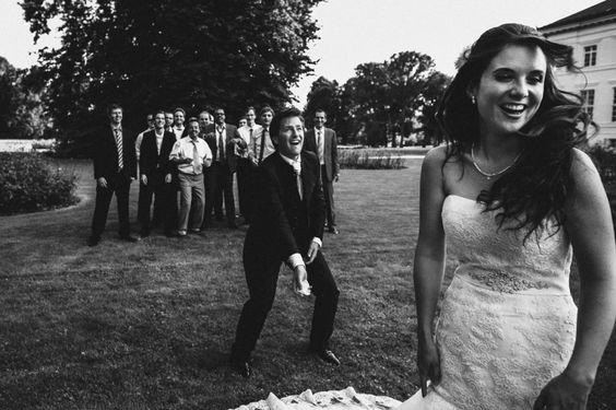 Hochzeitsreportage auf Schloss Neuhardenberg • Christiane & Paul - Strumpfband werfen