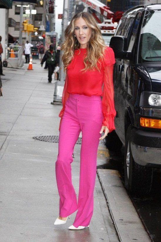 Sarah Jessica Parker pantalon rose chemise rouge