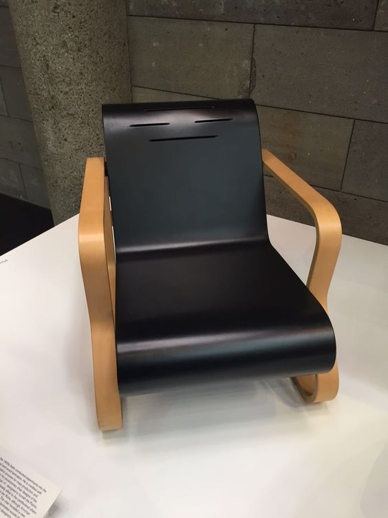 Armchair 41. Alvar AALTO (Finland 1898-1976). Laminated Birch, painted plywood. 1930 designed, early 1970s ARTEK, HELSINKI manufacturer.