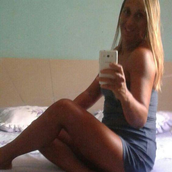 Mulher amante da praia de Santa Mônica guarapari es