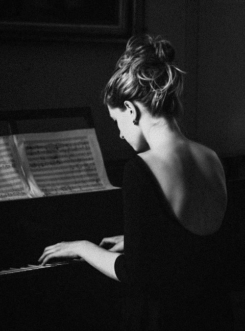 """"""" ..Une femme est plus belle que le monde où je vis, et je ferme les yeux.."""":"""