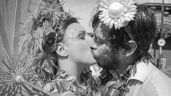 """""""Se para alguns essa época do ano não passa de pretexto para a libertinagem e banalização do beijo, para muitos os tempos de liberdade desmedida são uma excelente oportunidade para se despir de qualquer pudor e espalhar amor pela multidão."""""""