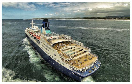 Ferry en la playa del Mogro.. Santander (Cantabria - España)..