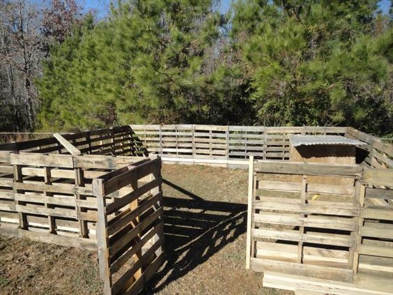 Pig Pen built with free wooden pallets DIY'S