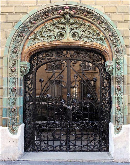 Porte d'entrée de l'immeuble conçu en 1903, situé au 2 rue Eugène-Manuel à Paris, par l'architecte Charles Klein et le céramiste Emile Muller.