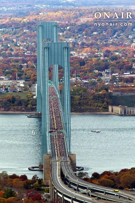 Maratón de Nueva York. El puente conecta los distritos de Staten Island y Brooklyn y desde 1976 ha sido el punto de partida de la Maratón de Nueva York: