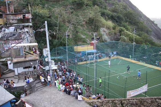 Mientras miles feligreses esperaban al #papa Francisco, hoy favela #SantaMarta disputaba II Copa Fútbol (vía @rolandoteleSUR)