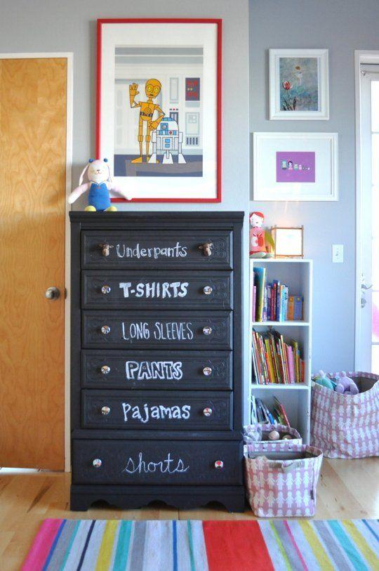 tinteggiare con la tinta-lavagna una cassettiera e scrivere il contenuto sui cassetti