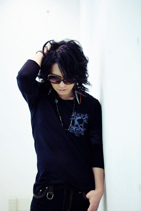 全身黒い衣装を着たサングラス姿のL'Arc〜en〜Ciel・hydeの画像