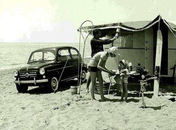 Una famiglia in vacanza sceglie il campeggio sulla spiaggia (1960 circa) © archivio Touring club italiano