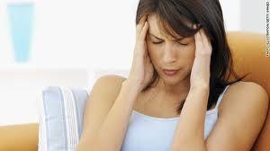 A dor de cabeça é um sintoma desconcertante que aflige a maioria das pessoas em algum momento. Faz parte dos critérios de diagnóstico de dezenas de doenças diferentes e também pode ter dezenas de causas - ou nenhuma causa aparente.