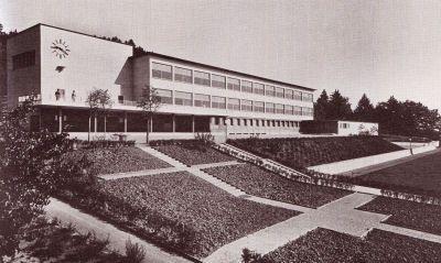 Das Schulhaus Lindberg wurde 1933 bis 1935 erstellt. Aus einem Wettbewerb ging aus 44 Entwürfen das Projekt vom Winterthurer Architekten Hans Hohloch als Sieger hervor.