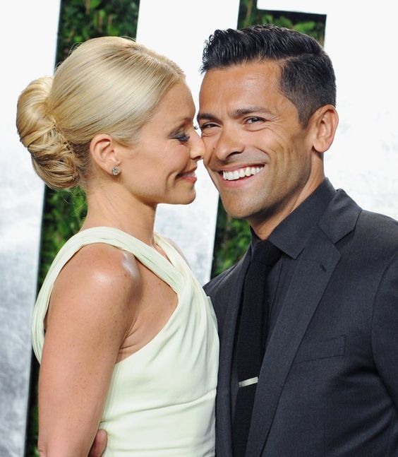 Pin for Later: Celebrities Who Pulled Off Secret Weddings Kelly Ripa and Mark Consuelos