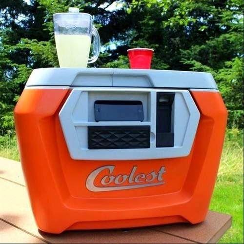 Caixa térmica, apesar de parecer normal, já vem preparada com carregador de celular, abridor de garrafas e um liquidificador.