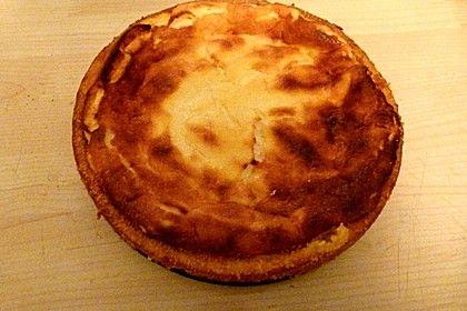 kalorienarmer Käsekuchen: -nur-85-kcal-pro-Stueck 6  Ei(er) 50 g Zucker 2 Pck. Vanillezucker 2 EL Speisestärke oder Kartoffelmehl 1  Zitrone(n), unbehandelt 500 g Quark, Magerstufe 100 g Joghurt, fettarm 2 EL Rosinen 1 Prise(n) Salz   Puderzucker