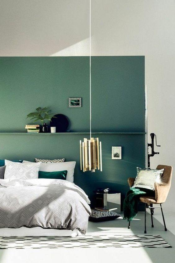 Couleur De Chambre Mur Bleu Vert Turquoise Original Nature Lustre En Laiton Coussin A Paillettes A Couleur Chambre Chambre A Coucher Design Deco Chambre Marron