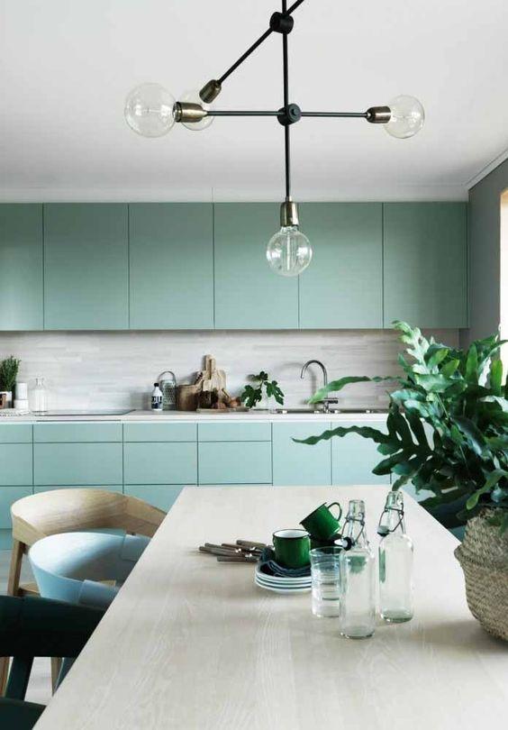 Para além do uso do verde nos armários ou paredes, aposte em outros elementos e utensílios verdes na sua cozinha