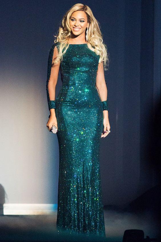 BRIT Awards 2014: Beyoncé performed her song XO wearing a dress by Vrettos Vrettakos.
