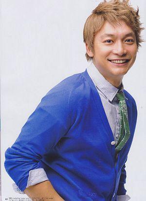 青いカーディガンの香取慎吾