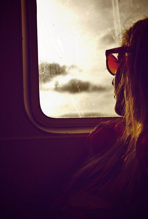 Viaggiava durante il tramondo, ascoltando il rumore del sole che muore.: