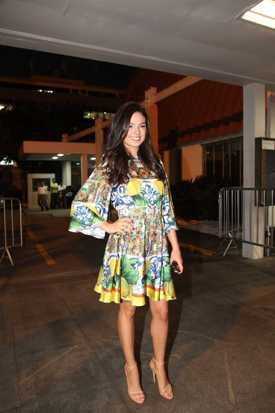 Isis Valverde  usou vestido, da Dolce & Gabbana, para assistir o primeiro capítulo da novela Boogie Oogie