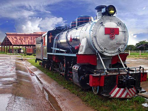 """Maria Fumaça - Estrada de Ferro """"Madeira Mamoré"""" A Estrada de Ferro Madeira-Mamoré é uma ferrovia construída entre 1907 e 1912 para ligar Porto Velho a Guajará-Mirim, no atual estado de Rondônia, no Brasil. Ficou conhecida à época como a """"Ferrovia do Diabo"""" devido às milhares de mortes de trabalhadores ocorridas durante a sua construção devido às doenças tropicais, complementar à lenda de que sob cada um de seus dormentes existia um cadáver."""