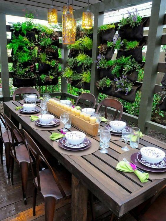Terrasse gestalten esstisch vertikaler garten outdoor for Dekoration terrasse
