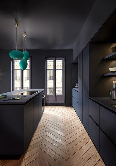 Une cuisine bleue tel un cocon élégant dans un écrin haussmanien #cuisine #mobalpa #bleu #décoration #aménagement #ilot #plandetravail #inspiration #maison #intérieur #évier #meubles