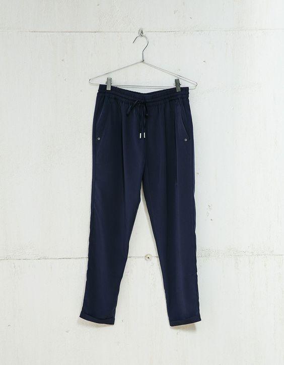 Pantalón baggy con cordón. Descubre ésta y muchas otras prendas en Bershka con nuevos productos cada semana