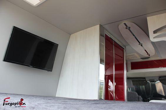 Dormitorio para dos personas con televisión y antena de TV. www.furgoplon.com