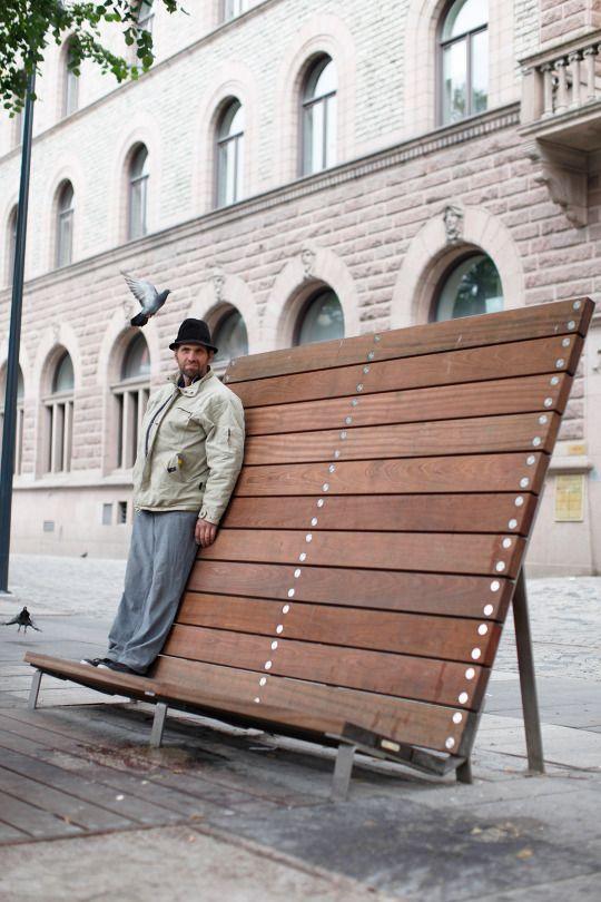 Stortorget | City of Gävle | Bernstrand & Co | 2010 | Le panchine, le sedie e i tavoli offrono tipi e modi diversi di sedere, appoggiare o appendere. I mobili sono fatti da legno Ipé e inox.