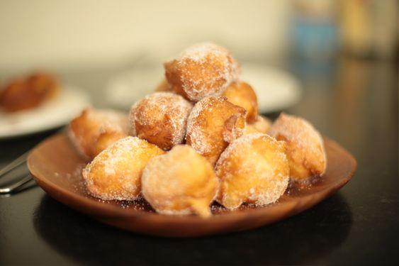 Hervé Cuisine propose sa meilleure recette de beignets au sucre, les croustillons, qu'on mange dans les fêtes, et dans le Nord. Recette de beignets facile.