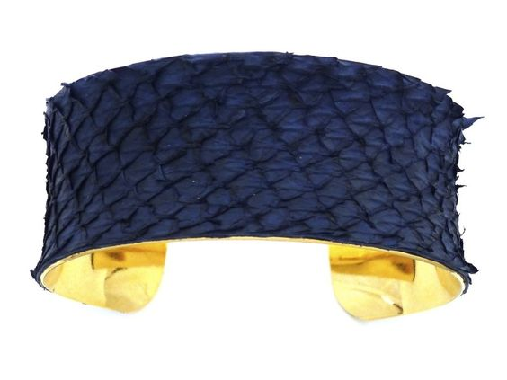 Armreif blau Lachsleder (cuff blue salmon leather)