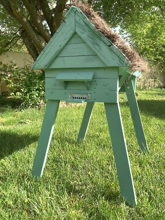 Hive with repurposed pallets ruche en palettes palettes for Cabane au fond du jardin laurent gerra