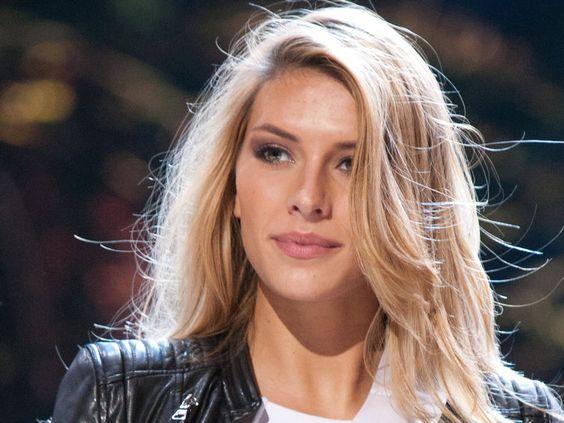 Toujours très remontée, Camille Cerf dénonce maintenant du favoritisme lors de Miss Univers - Voici