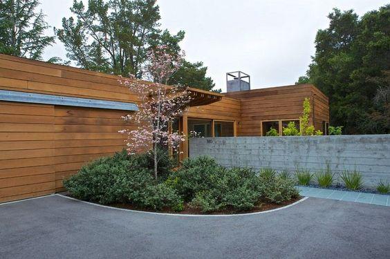 Gartengestaltung Ideen mit immergrünen Stauden und Kirschenbaum