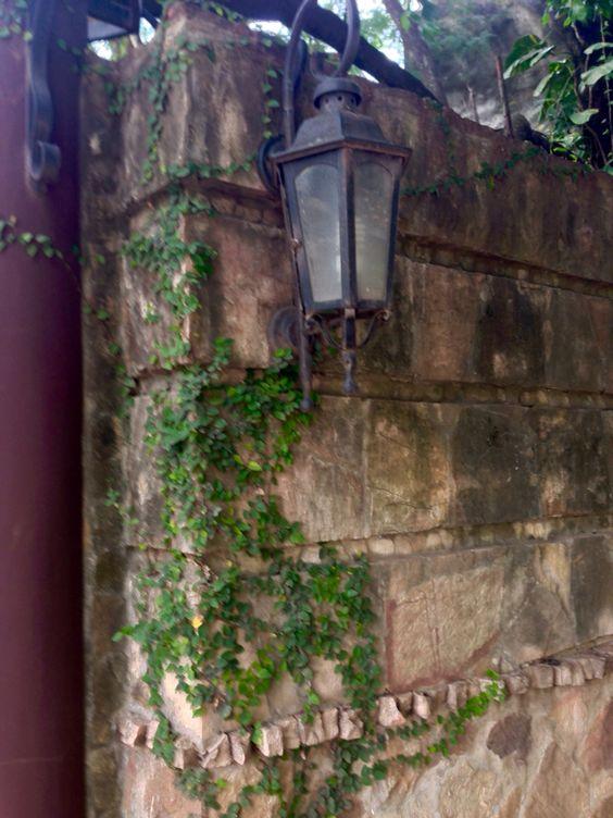 Farol y muralla con hiedra . Asunción-Paraguay