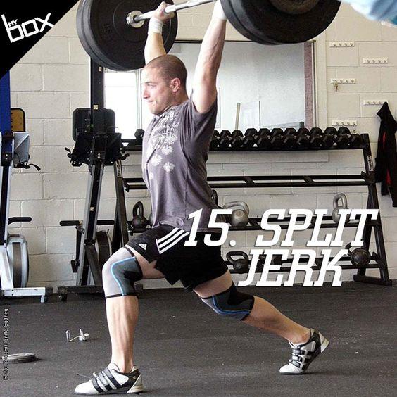 O Split Jerk é um movimento rápido e poderoso! Com a barra apoiada nos ombros, respire bem fundo antes de contrair o core para empurrar a barra para cima. Ao mesmo tempo que a barra é levada para cima, o corpo cai algumas polegadas com as pernas afastadas.