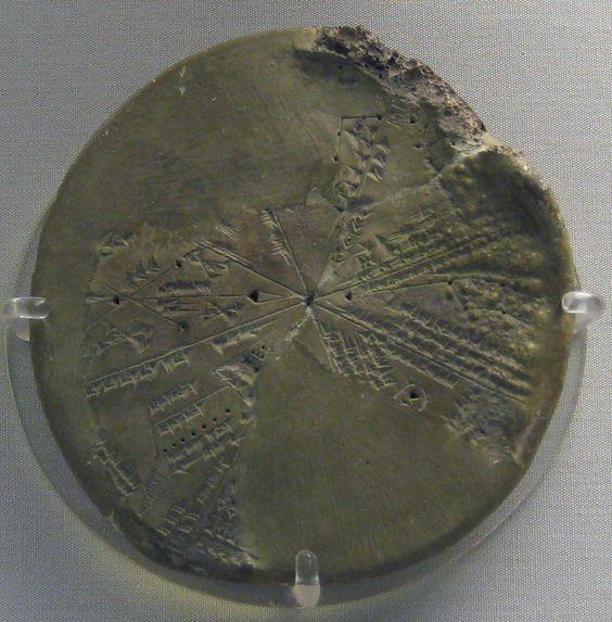 Parte de una tablilla circular de arcilla con un planisferio celeste de las constelaciones