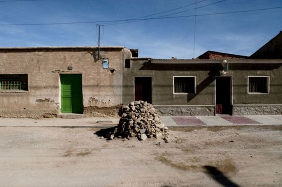 """""""Montes de pedras encontrados e edificados em cidadezinha do deserto do Atacama"""" - João Castilho, sobre a série Peso Morto (2010-2012)."""