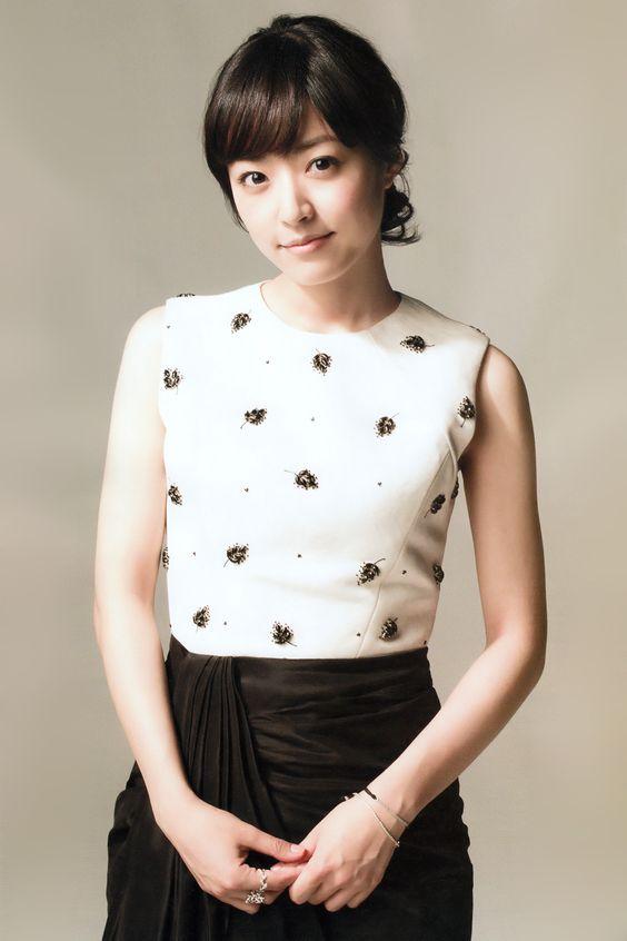 黒い刺繍の入ったトップスに黒いスカートをはいた井上真央のかわいい画像