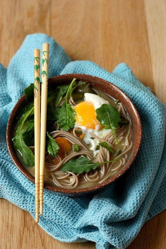Bouillon Miso aux nouilles soba, pousses de kale et oeuf / Gourmandiseries