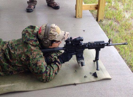 寝そべり銃を構える
