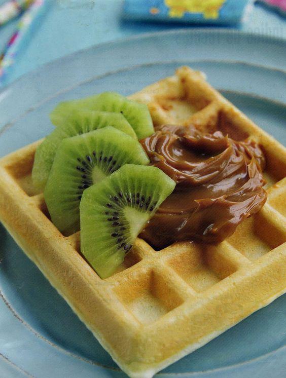 ingredientes:  1 huevo  1 cucharada de aceite  160gr de harina con polvos  180cc de leche (aprox.)  frutas  1 tarro de 380gr de manjar   preparacion:  mezcla los ingrideantes (menos la fruta y el manjar)  enmantequilla apenas la wafflera y coloca un cucharada de la preparacion. cocina asi todos los waffles.  corta las frutas elegidas  sirve acompañados con manjar.