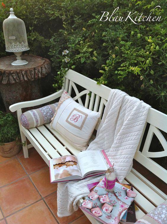 Estas dos últimas semanas las he dedicado a arreglar un poco la terraza y a recuperar algunos objetos, entre ellos, una vieja máquina de coser, un banco de jardín y hasta la lechera de mi abuela Ma…
