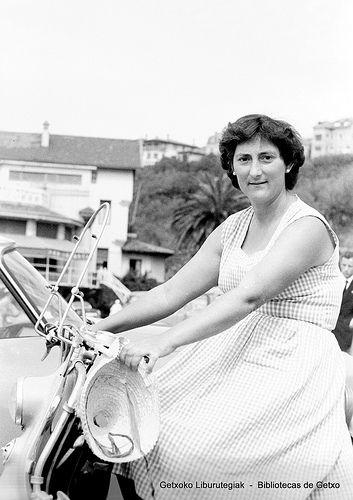 Posando en moto frente al Igeretxe, años 50 (Colección Daniel Zubimendi) (ref. DZN00828)