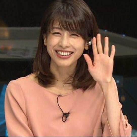 笑顔で手を振る加藤綾子