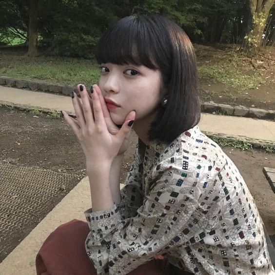 手を合わせ可愛い表情の田中芽衣