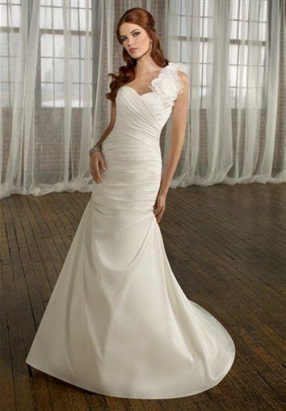 Rochie de mireasa eleganta, accesorizata cu floare din tul.
